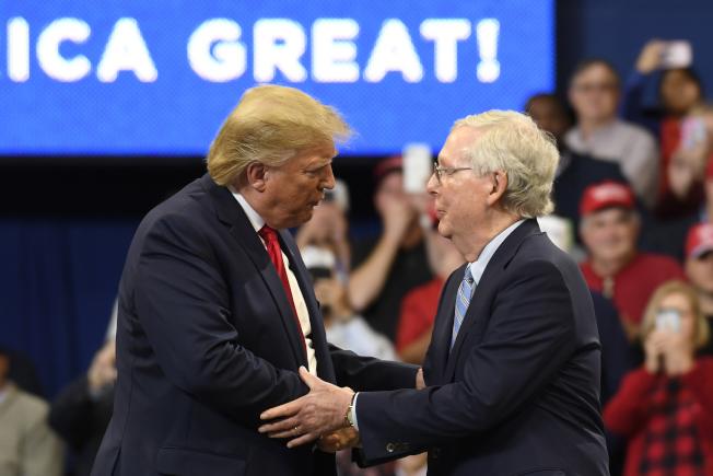 白宮與共和黨參議員正在協商安排參院彈劾審判限制在兩周內。圖為川普統三周前到肯塔基州助選,受到出身肯州的參院多數黨領袖麥康諾(右)歡迎。(美聯社)