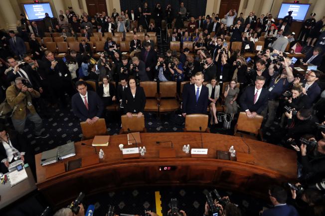 眾院情報委員會21日進行最後一場彈劾川普總統調查聽證,美駐烏克蘭外交官霍姆斯與前白宮國安會俄國事務專家希爾認為川普處理烏克蘭事務上,諸多不妥。(美聯社)