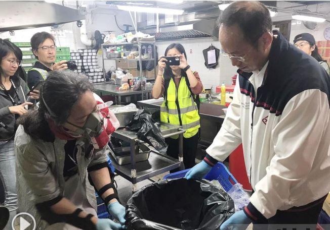 理大副校長衛炳江等應示威者要求,在飯堂清理廚餘。(取材自香港電台)
