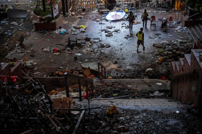 香港理大被示威者占據後的慘狀,滿地垃圾、廢棄物和磚塊。(Getty Images)