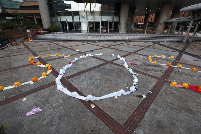 留守理大的大學生用毛巾在理大校園擺出一個大大的「SOS」(請求救援)標誌,向外界求助。(歐新社)