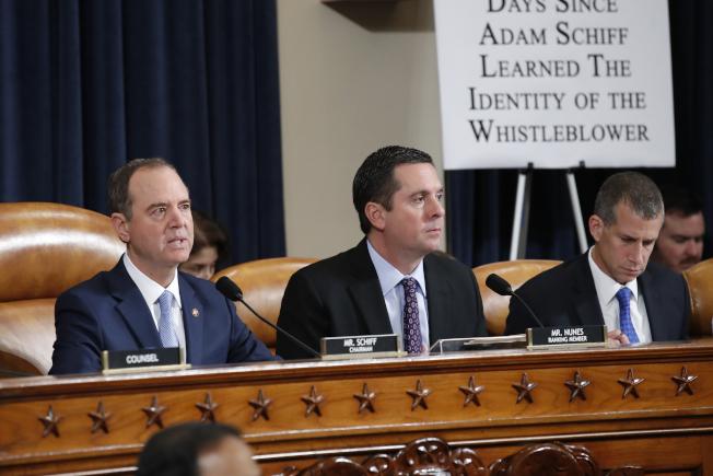 眾院情報委員會21日進行最後一場彈劾川普總統調查聽證,委員會主席謝安達(左),中為共和黨籍的副主席努恩斯,右為共和黨律師卡斯楚。(美聯社)