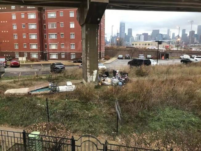 18街夾永活街公寓附近遊民聚居,讓附近居民感到困擾。(讀者提供)