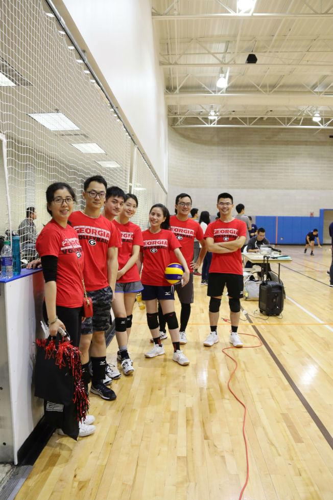 喬治亞大學排球隊 ,右為會長陳彥合。(記者陳淑玲/攝影)