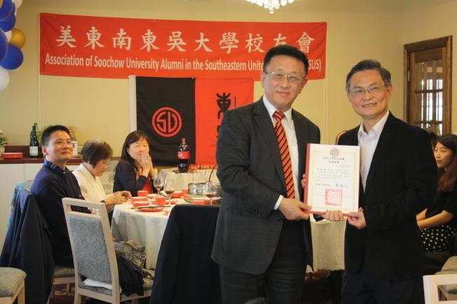 董保城(左)頒發當選證書予邱培堯。 (記者林昱瑄/攝影)