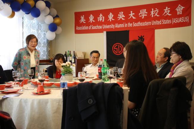 當天最資深的校友,英文系58級的姚勉(站立者)。 (記者林昱瑄/攝影)