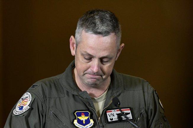 第71號飛行訓練聯隊指揮官賽門斯21日在記者會上,哽咽公布兩名飛行員的死訊。(美聯社)