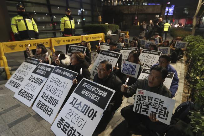 日本駐南韓大使館前,21日有民眾示威要求終止「韓日軍事情報保護協定」。(美聯社)