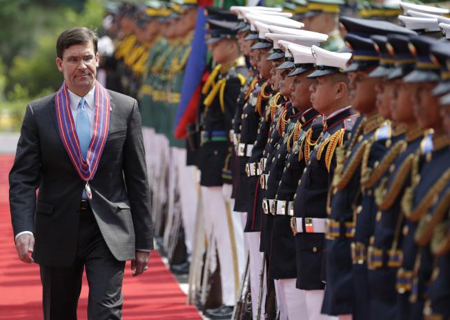 艾思博(左)19日在菲律賓模稜兩可的發言,南韓輿論大多認為,暗示駐韓美軍有可能裁減。(美聯社)