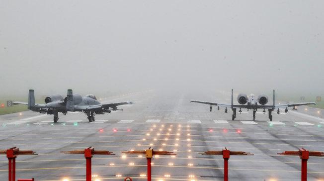 朝鮮日報21日報導,美國考慮撤回駐韓美軍一個旅,施壓南韓接受駐軍分擔費調高五倍至50億美元。圖為南韓烏山美軍基地的戰機升火待發。(路透資料照片)