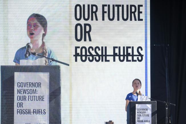 瑞典環保少女童貝里20日獲頒國際兒童和平獎。圖為童貝里1日在洛杉磯舉行的氣候變化遊行後發表演講。(美聯社)