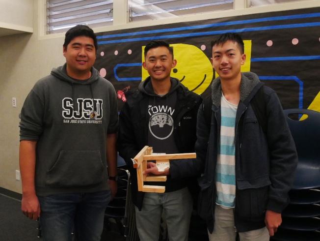 黃柏翰(右一)和另兩位華裔同學展示飛機模型。(記者梁雨辰/攝影)