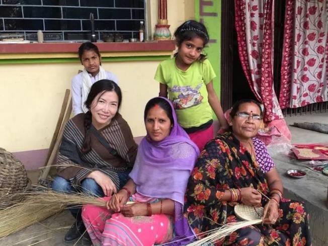 梅慈敏(左)到尼泊爾時探訪當地草編匠人世家。(梅慈敏提供)