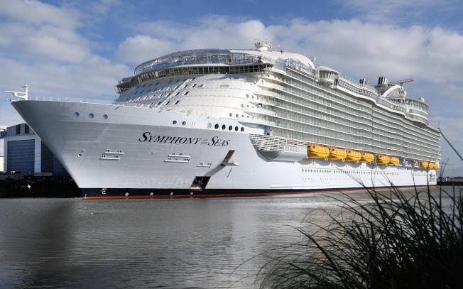 「美國新聞與世界報導」把皇家加勒比國際遊輪列為最划算的遊輪公司。圖為該公司擁有的「海洋交響號」是全球最大遊輪。(Getty Images)