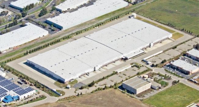亞馬遜在利佛摩租用的60萬平方呎貨倉。(取自推特)