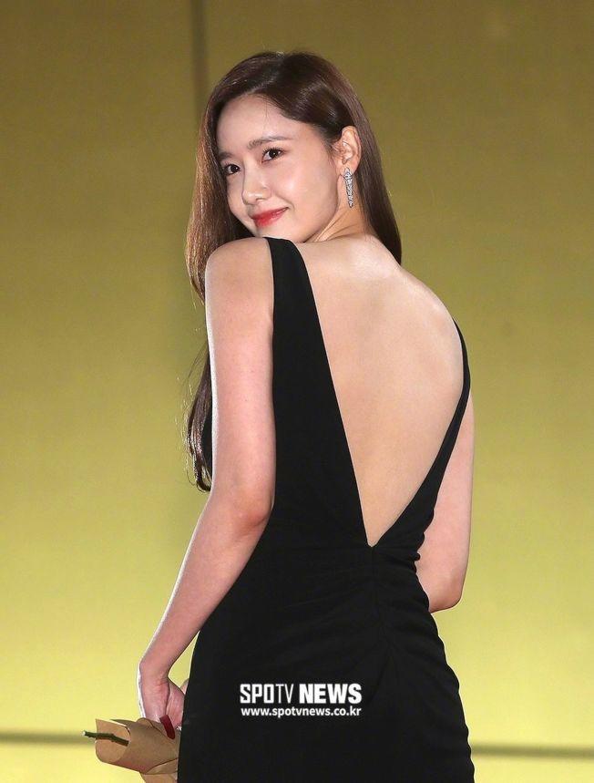 少女時代成員潤娥紅毯黑禮服大秀性感裸背。(取材自微博)