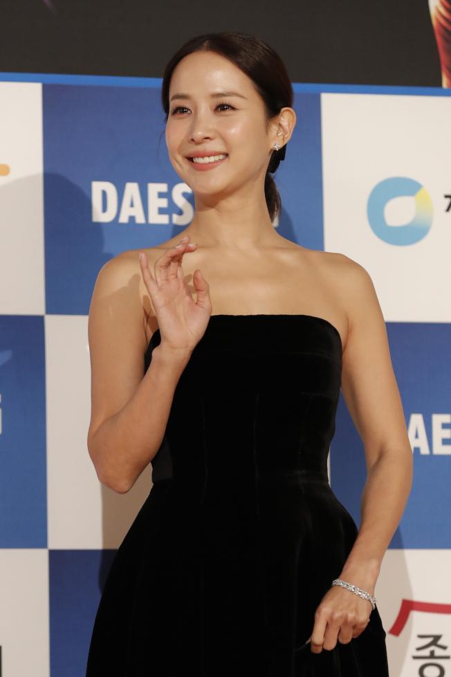 趙茹珍以《寄生上流》奪青龍獎影后,平口禮服更顯氣質出眾。(美聯社)