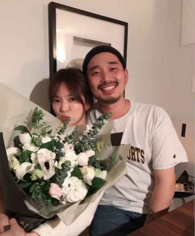 宋慧喬離婚後首個生日,38歲的她嘟嘴賣萌與神秘男親密合影。(取材自Instagram)
