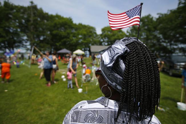 三個難民安置機構21日提出訴訟,控告川普政府容許地方官員拒收難民。圖為剛果一名庇護申請人參加緬因州的難民野餐會。(美聯社)