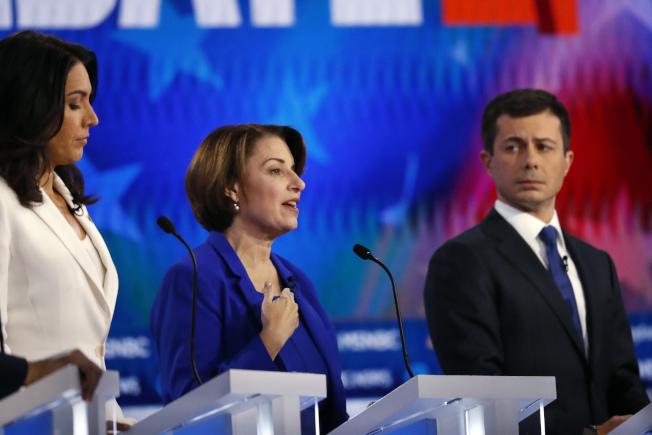 民主黨總統初選第五輪辯論中,布塔朱吉(右)表現優異,柯洛布查(中)也不錯。(美聯社)