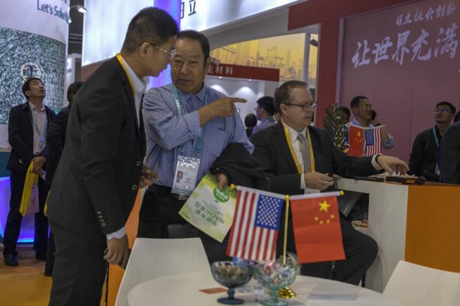 是否年底簽署第一階段貿易協議,美中兩國依然各說各話。圖為本月6日在上海的進出口展銷會的美商攤位。(美聯社)