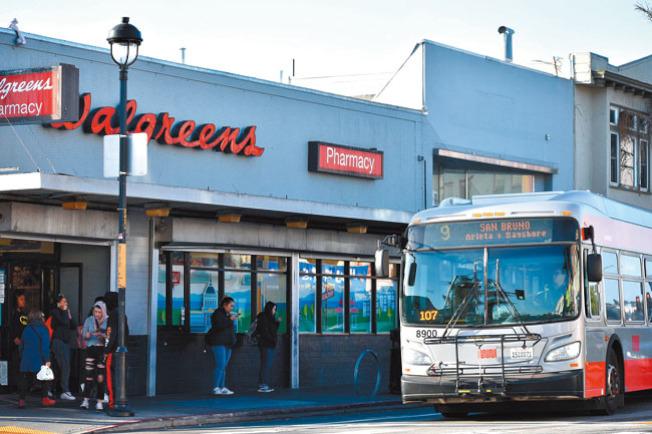 目前的公車站設在Walgreens藥房前。(記者李秀蘭/攝影)