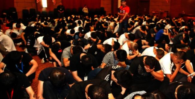 馬來西亞逮捕680名涉嫌網路詐騙的中國人,圖為抓捕現場。(影片截圖)