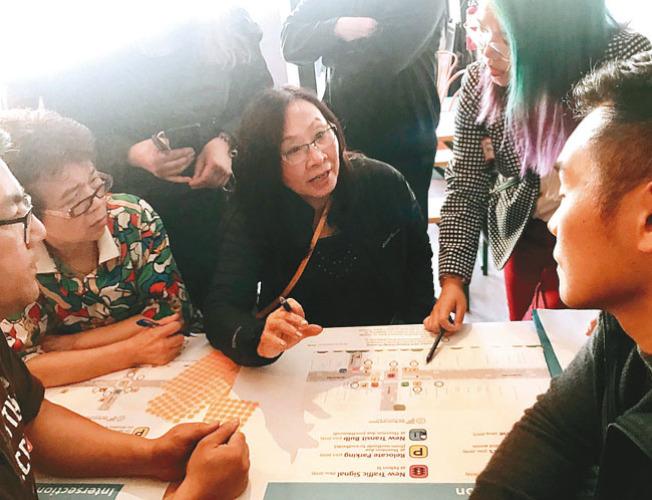 李美玲(中)與華裔商家不滿交通局取消車位及遷移公車站,且所有圖示說明只有英文。(記者李秀蘭/攝影)