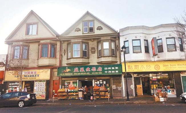 交通局計畫將公車站遷到華裔商店最集中的街段(圖)。(記者李秀蘭/攝影)