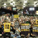 全球僅台灣伸手收港生 學者看法兩極