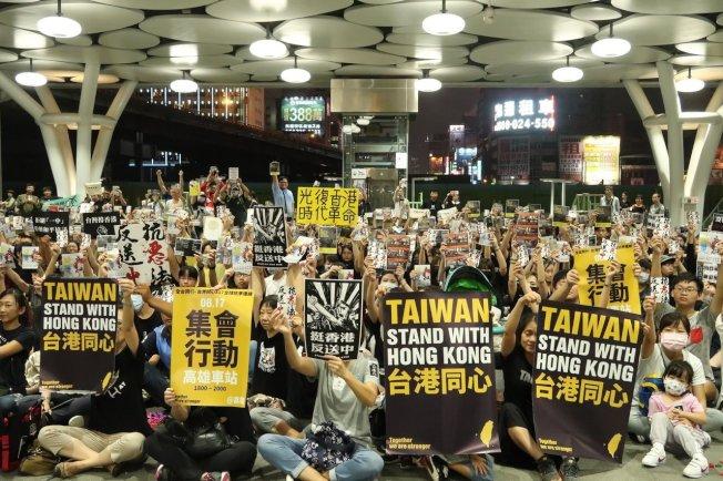 圖為日前數百港生及台灣民眾在高雄車站大廳靜坐,聲援香港「反送中」。聯合報系資料照片/記者徐如宜攝影