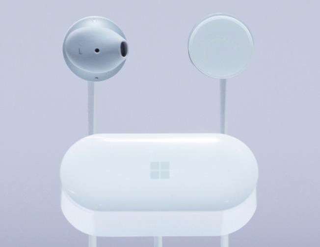 微軟Surface Earbuds趕不及今年年底的購物旺季時推出。  美聯社