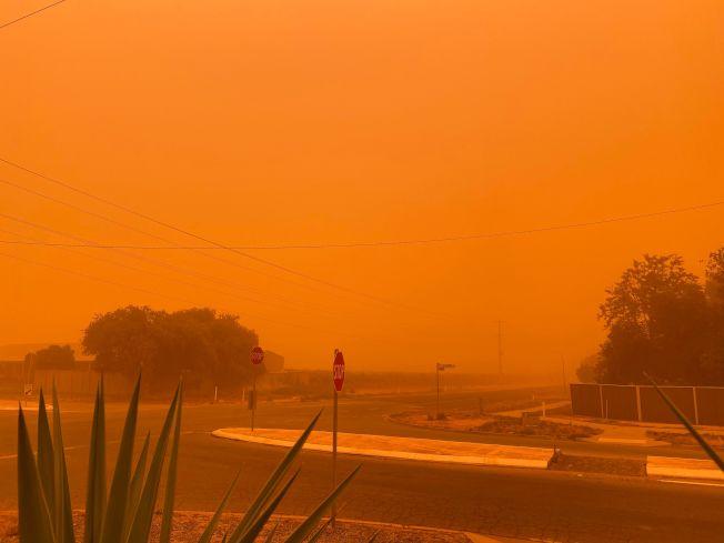 澳洲維多利亞省小鎮米爾杜拉(Mildura)周四遭受沙塵暴侵襲,天空化為一片橘紅,看起來宛如一座火星城市。Getty Images