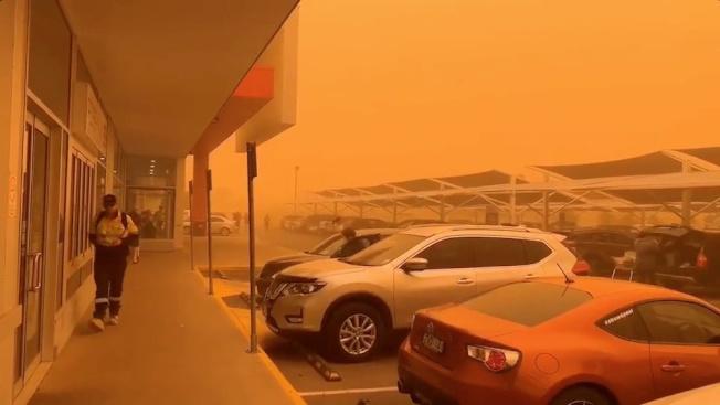 21日中午左右,沙塵伴隨著時速40公里的強風及逼近攝氏40度的高溫襲向米爾杜拉。路透/PROFESSIONALS REAL ESTATE MILDURA