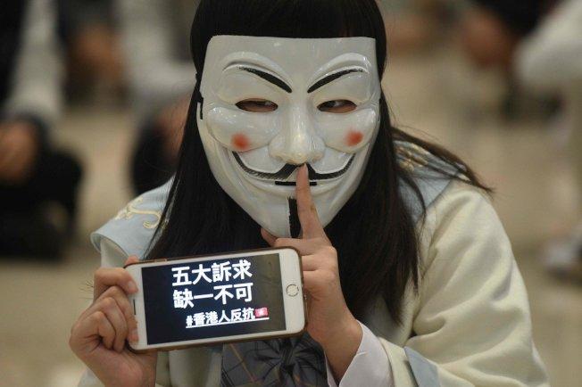 「鹿特丹商報」(NRC Dagblad)11月20日報導,香港一名梁姓(Leung)女學生就讀一所傾中的高中,由於拒絕親中被貼上壞標籤。示意圖非當事者。新華社