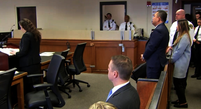 前波士頓學院學生劉仁英涉嫌教唆男友厄圖拉自殺案,今日上庭。檢方設保釋金5000元。(截圖自WCVB直播視頻)