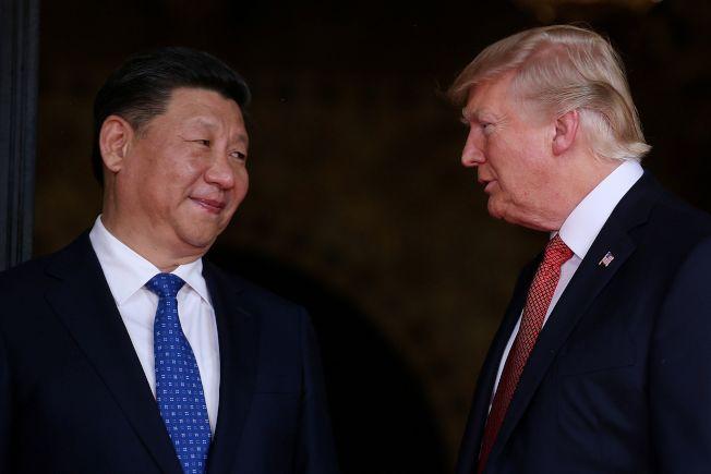 美國總統川普(右)22日表示,他用美中貿談阻止習近平出兵鎮壓香港。(路透)