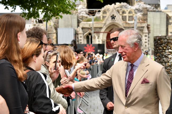 正在紐西蘭參訪的英國查理王子強烈建議女王別再讓安德魯拋頭露面。路透