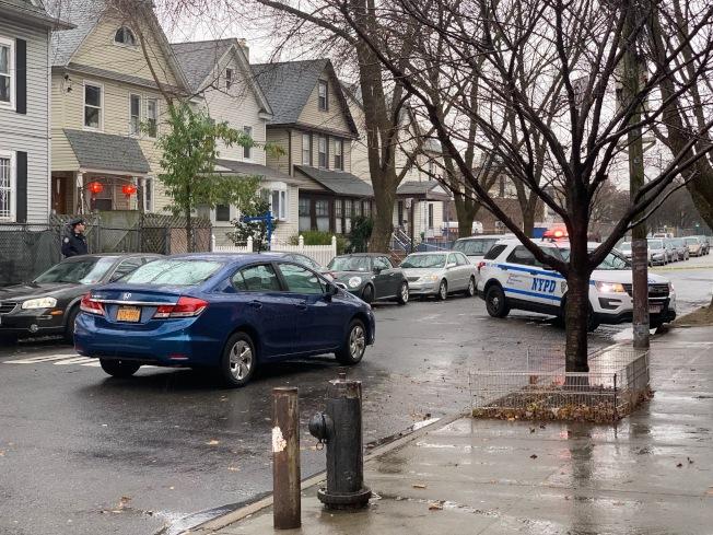 22日下午1時許,一名亞裔老婦過街遭輾,警目前仍封路調查。(記者賴蕙榆/攝影)