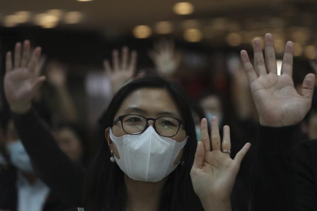 香港高等法院22日決定暫緩頒布禁蒙面法無效7天。(美聯社)