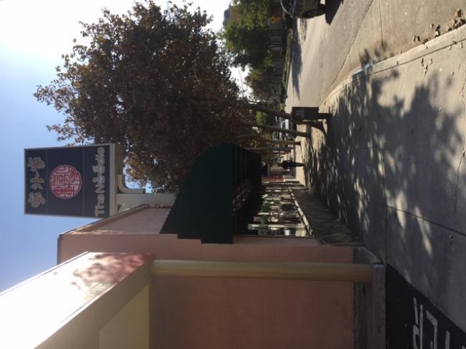 亞凱迪亞的一家中餐館21日遭執法人員和有關部門突擊檢查。(記者楊青/攝影)