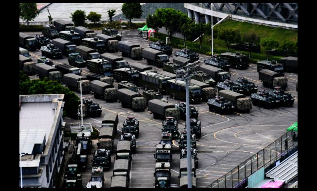 圖為今年8月16日所拍攝,集結於深圳灣體育中心周邊的大批軍車。(美聯社)