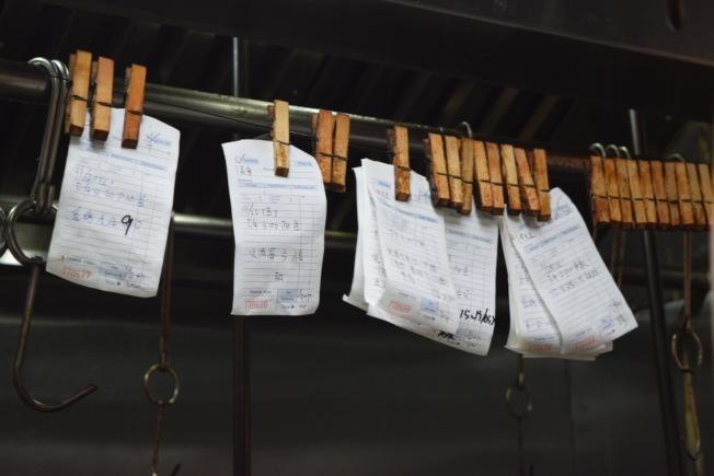 感恩節前,中餐館接到許多火雞和燒臘訂單。(記者顏潔恩/攝影)
