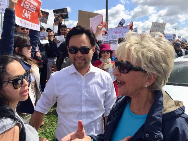 爾灣市長施亞(Chritine Shea,右)及華裔副市長郭正明(Anthony Kuo,中)(記者尚穎/攝影)