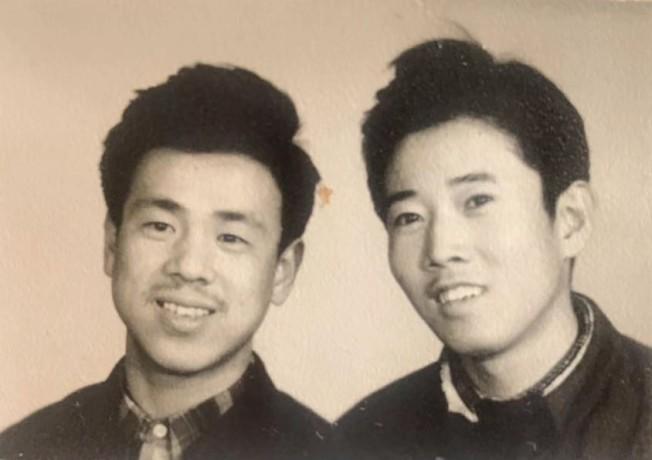 中學畢業前合影,左為金成,右為作者。