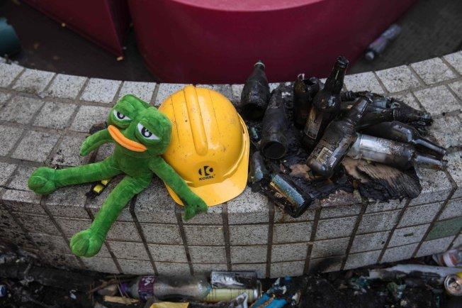 香港理工大學校園可見汽油彈燃燒後的玻璃瓶。圖╱GettyImages
