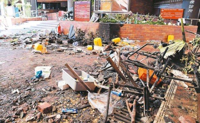 香港理工大學被示威者攻占後一片狼藉,校園多處設備遭毀,還有汽油彈和爆炸品。 新華社