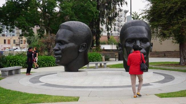 傑基羅賓遜(Jackie Robinson)出身加州巴沙迪納(Pasadena)平凡街區,忍辱負重成為美國職棒大聯盟(MLB)史上第一名黑人球員。圖為巴沙迪納市政府廣場上的傑基羅賓遜塑像。中央社