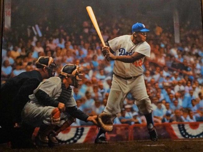 傑基羅賓遜(Jackie Robinson)出身加州巴沙迪納(Pasadena),忍辱負重成為美國職棒大聯盟(MLB)史上第一名黑人球員,也是道奇隊史的傳奇球員,照片攝自道奇球場內收藏的羅賓遜畫像。中央社