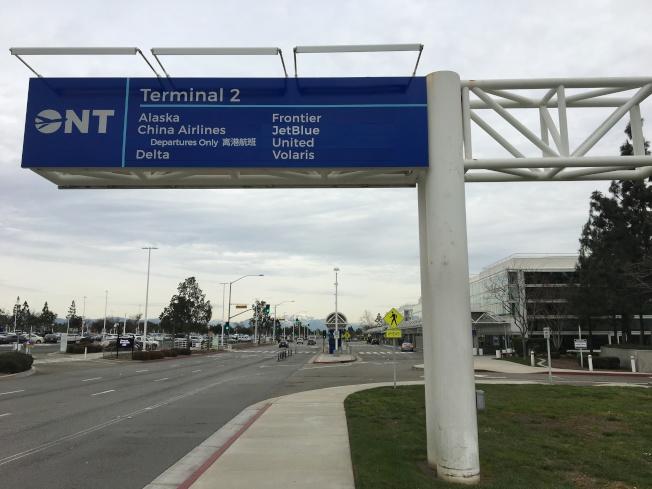 安大略國際機場其中一個航站樓標誌。(記者啟鉻/攝影)